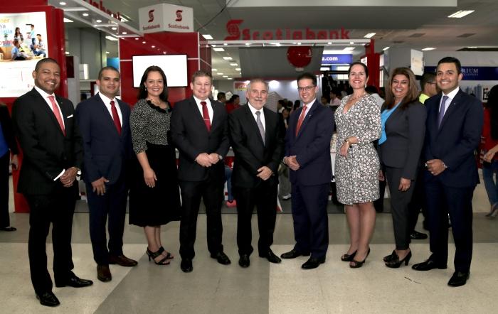 Equipo gerencial y directivos de Scotiabank Panamá durante la feria.